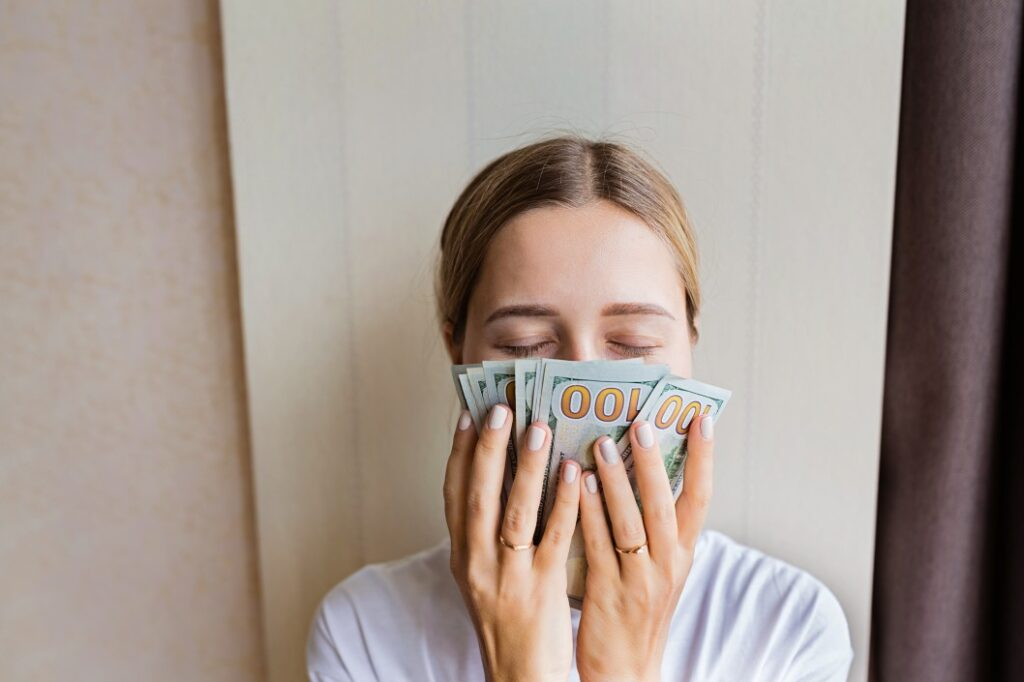girl streamer smelling her money that she earned from streaming on Twitch